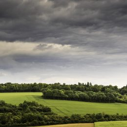 Paysage de campagne Picarde avec une ciel nuageux